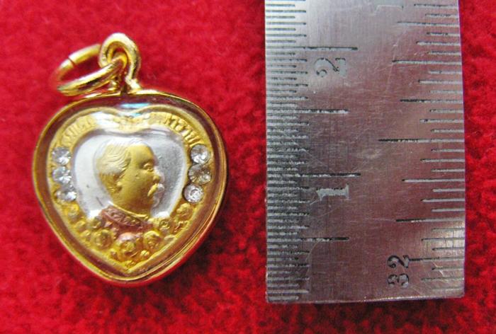 จี้เสด็จพ่อ ร.5 เนื้อสามกษัตริย์ รูปหัวใจ ประดับเพชร เลี่ยมทองไมครอนพร้อมใบคาถาค่ะ