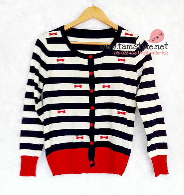 Coat-020 เสื้อคลุมไหมพรมลายขวาง สีกรม ขาว ลายปัก รูปโบว์สีแดง ผ้านิ่มใส่สบายจ้าาา อก ได้ถึง 36นิ้ว ยาว 25 นิ้ว