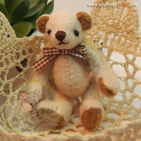 ตุ๊กตาหมีผ้าขนสีครีม ขนาด 8 cm. - Getty