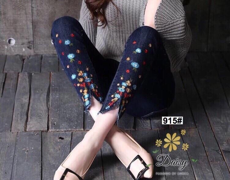 กางเกงยีนส์ทรงเดฟ ปลายขาขาดดีเทลเก๋ปักลายดอกไม้