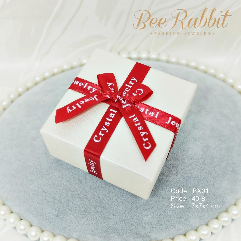 กล่องของขวัญแบบฝาครอบ สีครีมคาดริบบิ้นแดง ทรงสี่เหลี่ยมจตุรัส