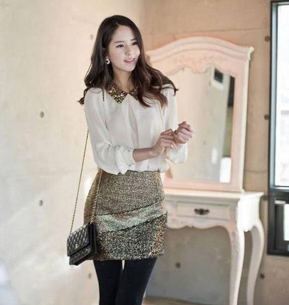 SISOUHOR เสื้อแฟชั่นแขนยาว คอปกปักเลื่อมสีทอง จับจีบที่คอ สีขาวผ้าชีฟองเกาหลี
