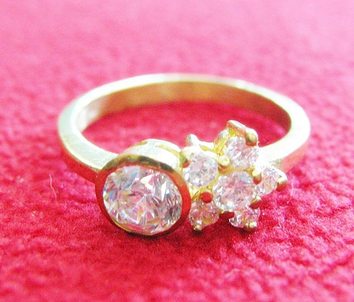 สินค้าหมดค่ะ แหวนเพชรทองเหลือง แบบ1(เพชรกลม1เม็ด-ดอกไม้)ค่ะ