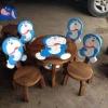 ลายโดราเอมอน รุ่นมีพนักพิง โต๊ะ ขนาด 18*20 นิ้ว จำนวน 1 ตัว เก้าอี้ ขนาด 10*10 นิ้ว จำนวน 4 ตัว ผลิตจากไม้จามจุรี รับน้ำหนักได้ถึง 70 กก.