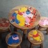 เพื่อน Pooh รุ่นไม่มีพนักพิง โต๊ะ ขนาด 18*20 นิ้ว จำนวน 1 ตัว เก้าอี้ ขนาด 10*10 นิ้ว จำนวน 4 ตัว ผลิตจากไม้จามจุรีแท้ ไม่ใช่ไม้อัด รับน้ำหนักได้ถึง 70 กก.