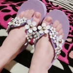 [Preorder] รองเท้าแตะแฟชั่นประดับดอกไม้เก๋ๆ สีม่วง Korean fashion wild simple daisy flower pearl flowers handmade sandals muffin slope with slippers lady style