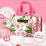 Betsey Johnson pink floral pouch จากนิตยสาร Sweet