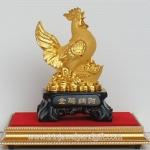 ไก่ทองฐานไม้ บนฐานทอง