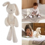 ตุ๊กตากระต่ายเพื่อนรักสุดฮิต ตุ๊กตากระต่าย ขนนุ่ม สีขาว ขนาด 11x46cm. เหมาะเป็น เพื่อนใหม่ตัวน้อยให้ลูกรัก ตุ๊กตากระต่ายสีขาว Millie เนื้อผ้ากำมะหยี่ขนสั้นสุดนุ่ม งานคุณภาพจากแบรนด์ Mamas & Papas น่ารัก น่ากอด จับให้นั่งได้ ผ้าเนื้อดีนิ่มมากๆ จนตัวเล็กติด