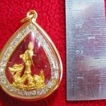 จี้เจ้าแม่กวนอิมทรงมังกรองค์เล็กเนื้อทองพ่นทรายล้อมเพชรเลี่ยมทองไมครอนพร้อมใบคาถาค่ะ