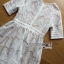 เดรสผ้าลูกไม้สีขาวบุซับในสีนู้ดสไตล์เฟมินีน thumbnail 5