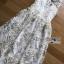 เดรสผ้าทูลล์ปักลายดอกไม้สีขาวและทอง thumbnail 4