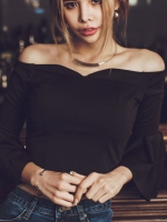 เสื้อแฟชั่นปาดไหล่เซ็กซี่สีดำล้วน ดีเทลแขนระย้าพริ้วๆ เอวลอยนิดๆจับสม๊อคด้านหลัง(ยางยืด)