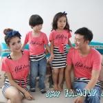 ชุดครอบครัว เสื้อครอบครัว ชายเสื้อยืดคอกลม หญิงแซกลายขวาง+เสื้อตัวนอกผูกเอวเก๋ๆ สีชมพู (ราคา 3 ตัว พ่อ แม่ ลูกชาย) - พร้อมส่ง