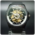 นาฬิกาข้อมือชาย daybird  ระบบ AUTOMATIC ทรงกึ่งสปอร์ตสวยหรู กลางเปลือยโชว์ระบบกลไกสีทองเด่นมากตัดพื้นหน้าปัดดำ     ตัวเรือนสีดำพร้อมสายแบบสปอร์ต