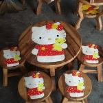ลายคิตตี้ อุ้มหมีเหลือง รุ่นไม่มีพนักพิง โต๊ะ ขนาด 18*20 นิ้ว จำนวน 1 ตัว เก้าอี้ ขนาด 10*10 นิ้ว จำนวน 4 ตัว ผลิตจากไม้จามจุรีแท้ ไม่ใช่ไม้อัด รับน้ำหนักได้ถึง 70 กก.