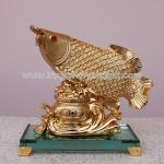 ปลามังกรทอง8นิ้วบนถังทองฐานแก้ว