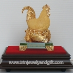 ไก่ฟักไข่ทองบนฐานไม้