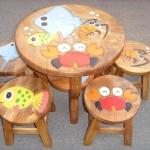 ลายสัตว์น้อยน้ำ รุ่นไม่มีพนักพิง โต๊ะ ขนาด 18*20 นิ้ว จำนวน 1 ตัว เก้าอี้ ขนาด 10*10 นิ้ว จำนวน 4 ตัว ผลิตจากไม้จามจุรีแท้ ไม่ใช่ไม้อัด รับน้ำหนักได้ถึง 70 กก.
