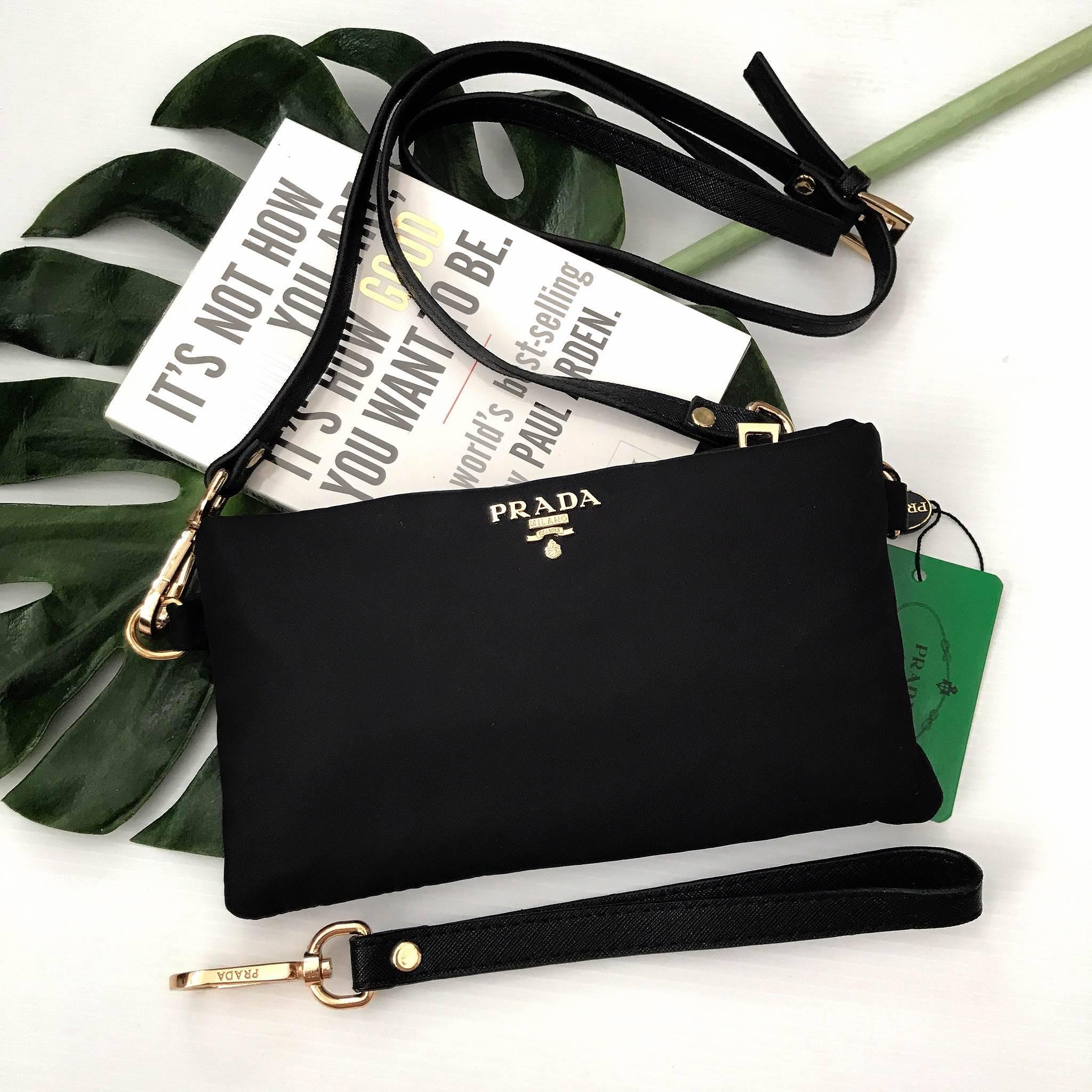 9514b93078cd63 มาใหม่ค้า กระเป๋า Premium Gift จากแบรนด์ Prada ทรง crossbody อีกรุ่น