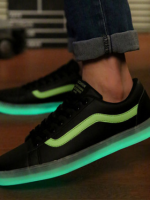 รองเท้าผ้าใบเรืองแสงแนวๆ